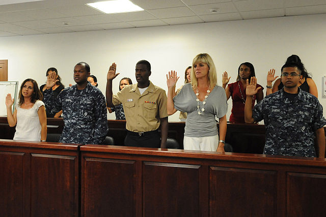 Candidates for U.S. citizenship recite the oath of citizenship during a naturalization ceremony. (Photo: Wikipedia Commons)